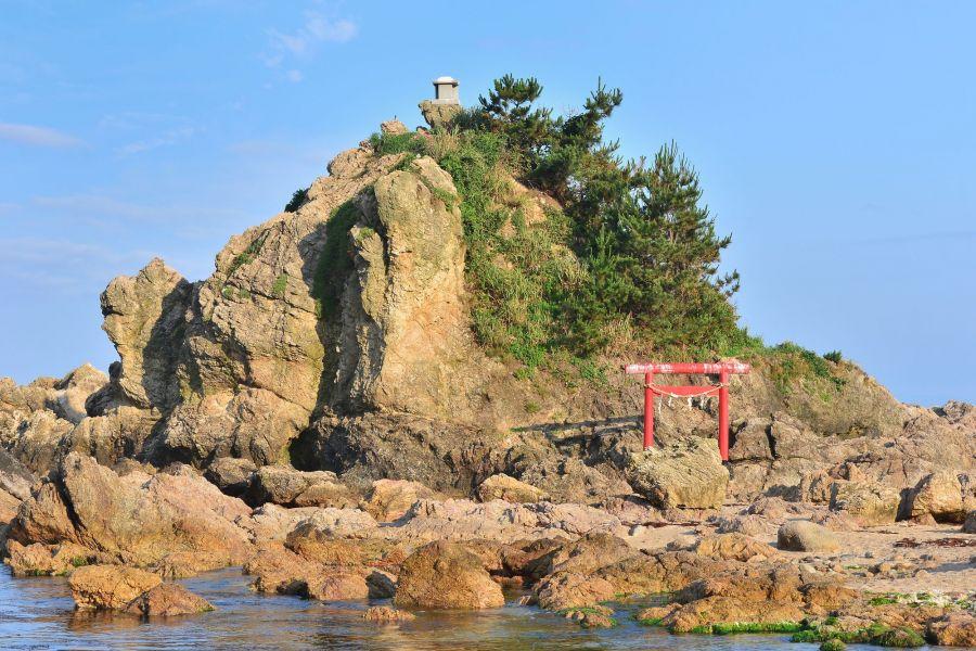 弁天岩には鳥居があります。